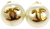 Chanel CHANEL VINTAGE CC LOGOS IMITATION PEARL EARRINGS CLIP-ON FRANCE
