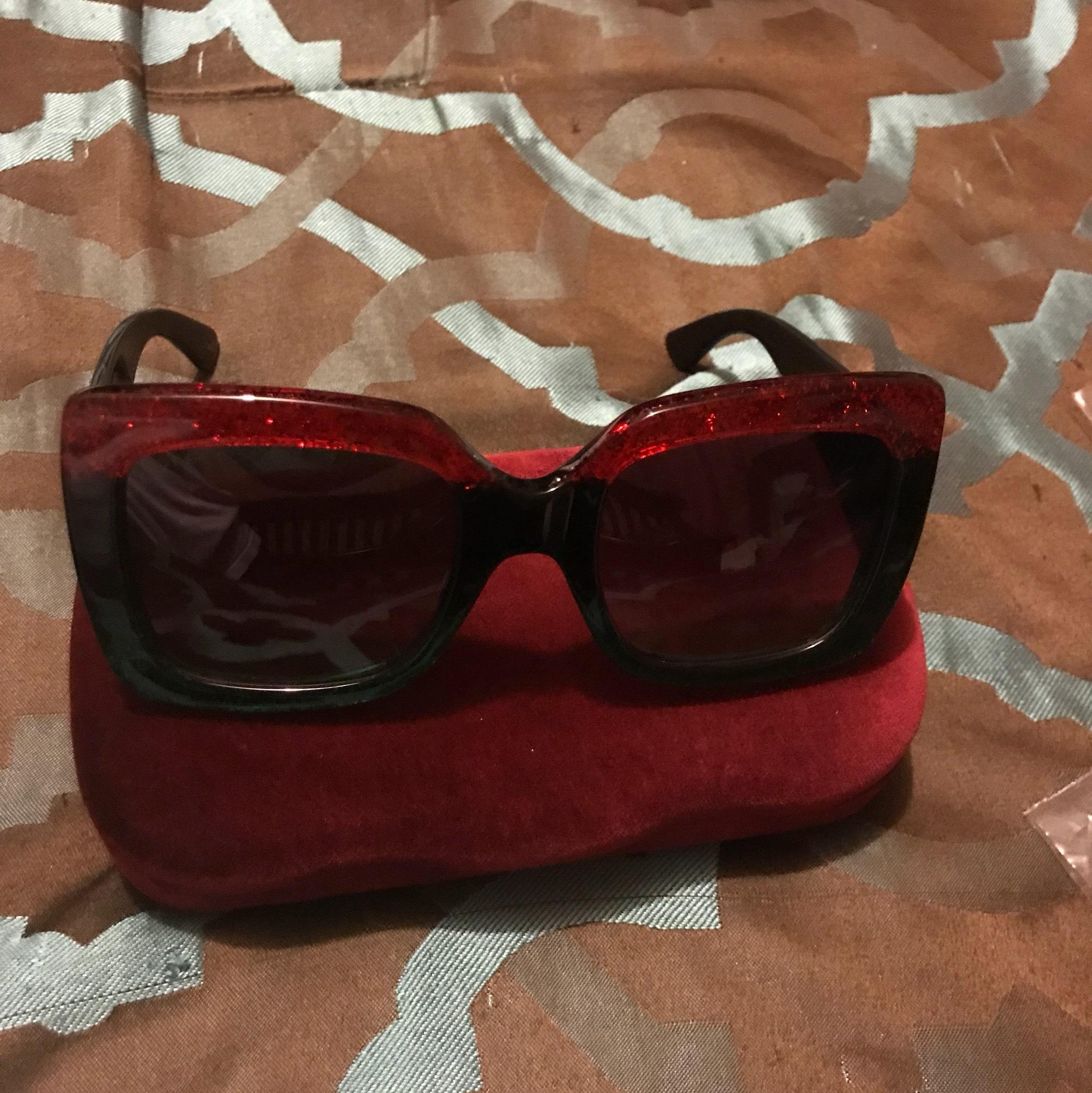 gucci black oversized red and green stripe sunglasses