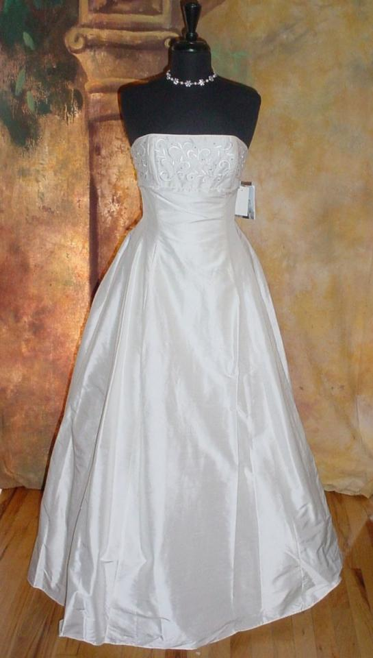 Used wedding dresses sell your wedding dress tradesy for Jessica mcclintock wedding dresses outlet